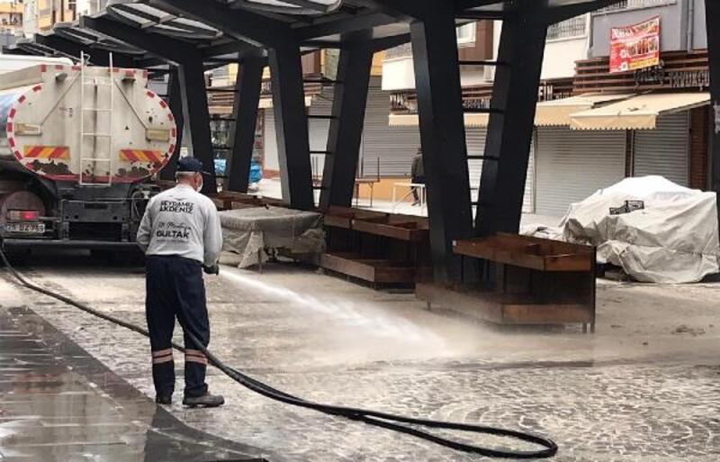 Akdeniz'de semt pazarı yıkanıp dezenfekte edildi