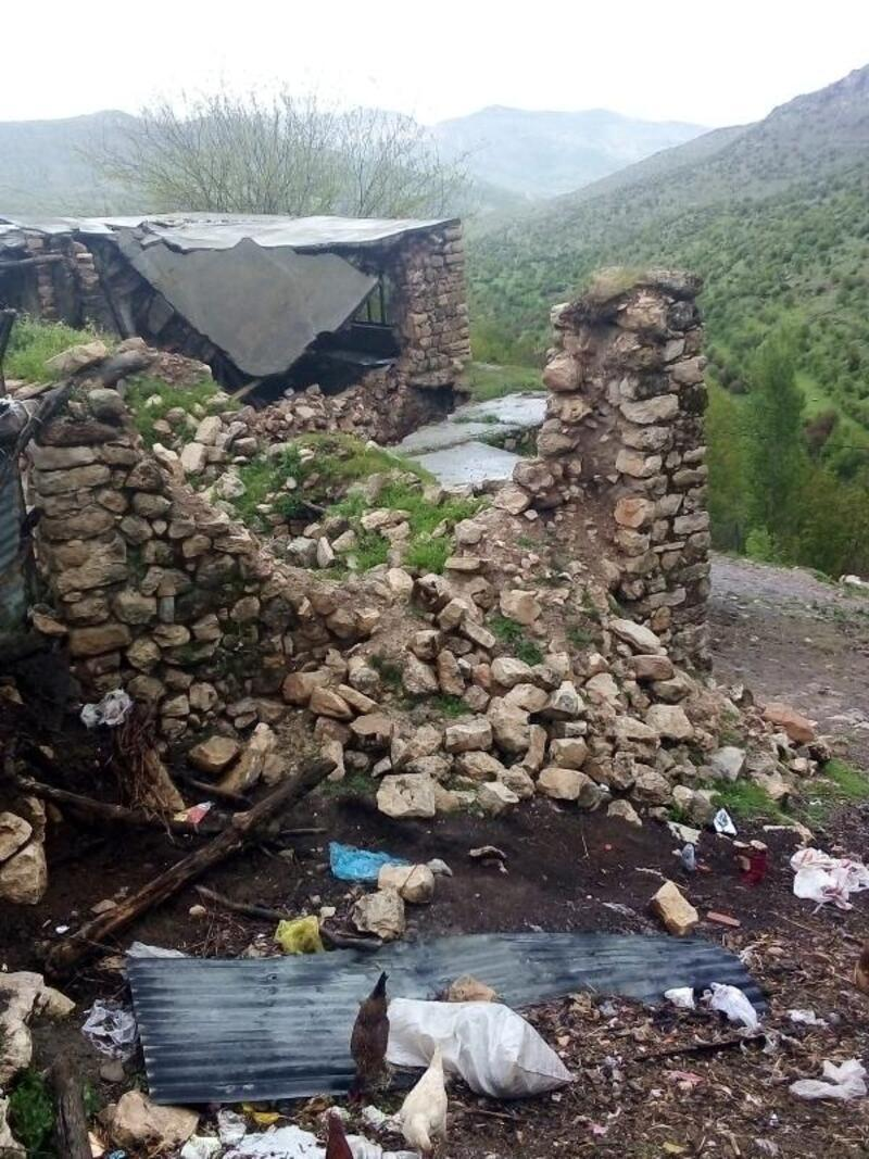 Aşırı yağış nedeniyle 3 evin duvarı çöktü