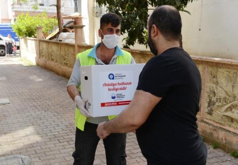 Büyükşehir'in gıda kolileri ihtiyaç sahiplerine ulaşıyor