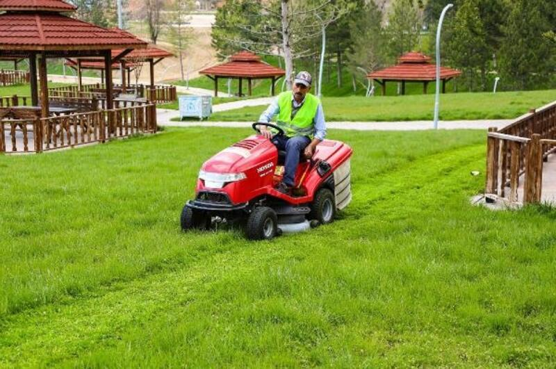 Sivas'ta park ve bahçelerde bahar temizliği
