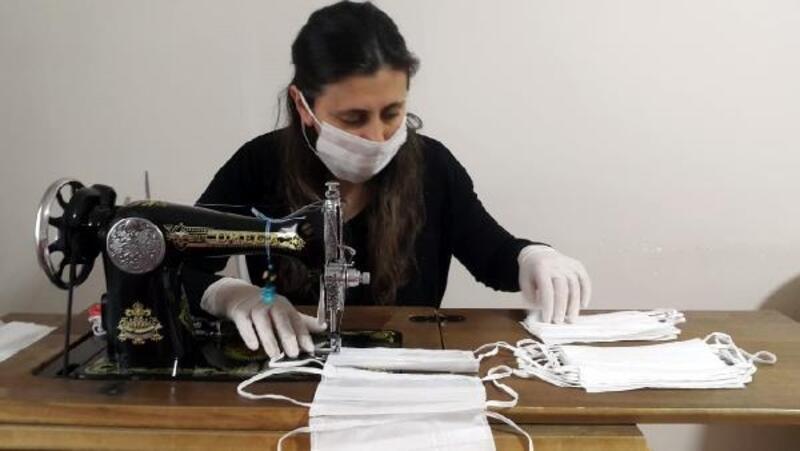 Niğde'de öğretim elemanları evde maske üretimine başladı