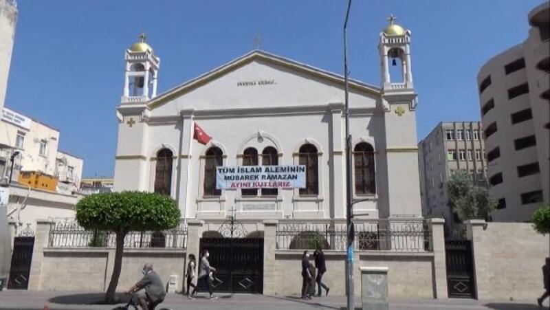 Kiliseden Ramazan kutlaması pankartı