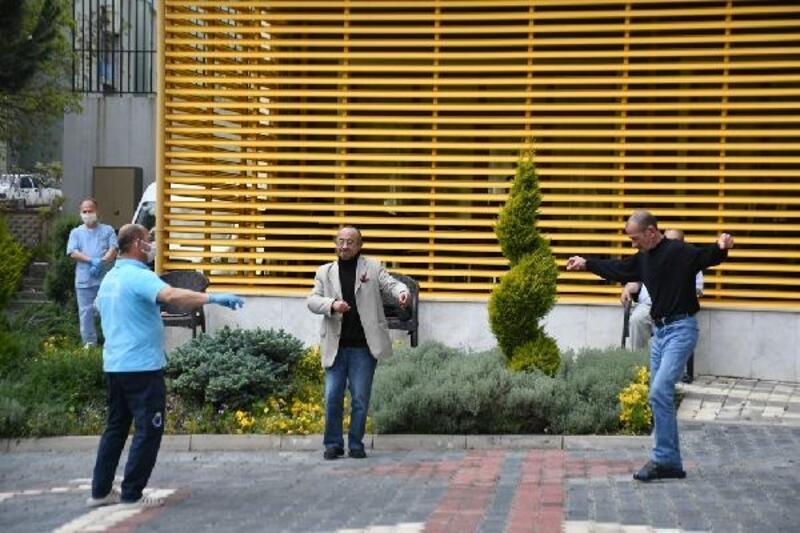 İnegöl'de Huzurevi sakinlerine sosyal mesafeli eğlence düzenlendi