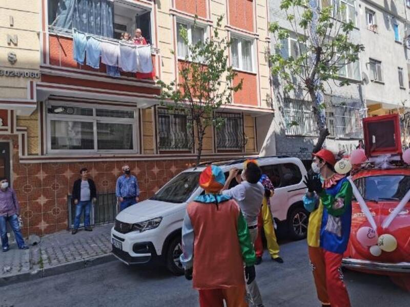 Esenler'de komşular 'balkondan balkona' yarışıyor