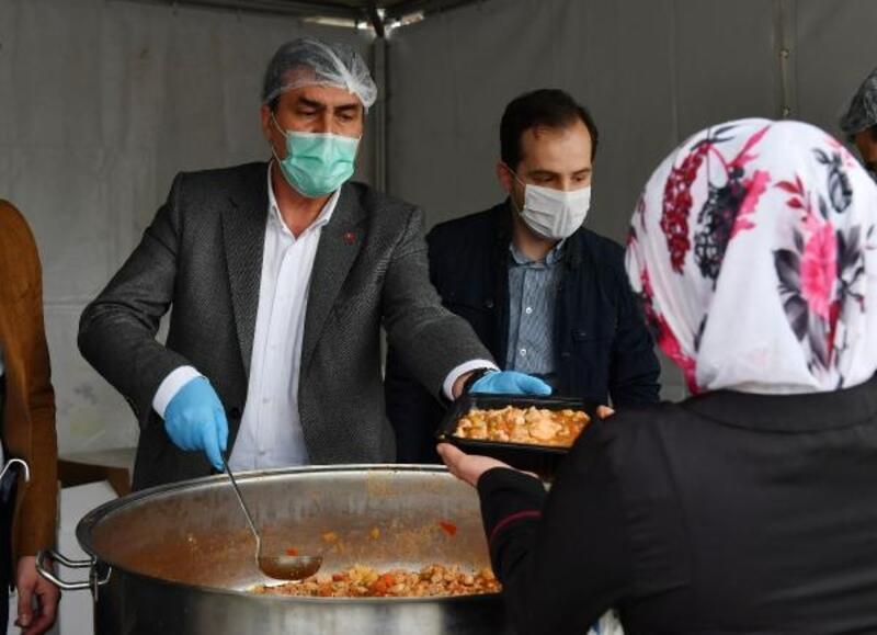 Osmangazi Belediye Başkanı Dündar, iftar yemeği dağıttı
