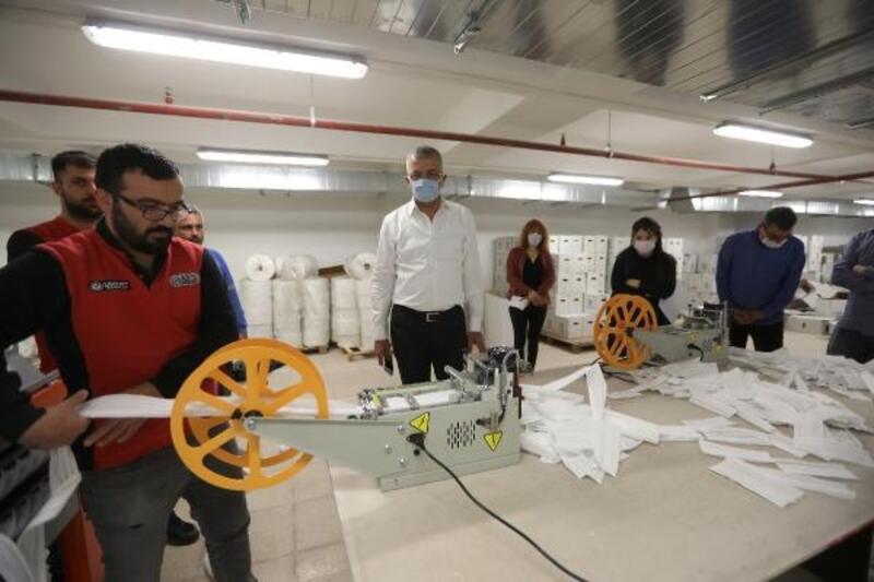 Hayırsever vatandaş belediyeye maske üretim makinesı hediye etti