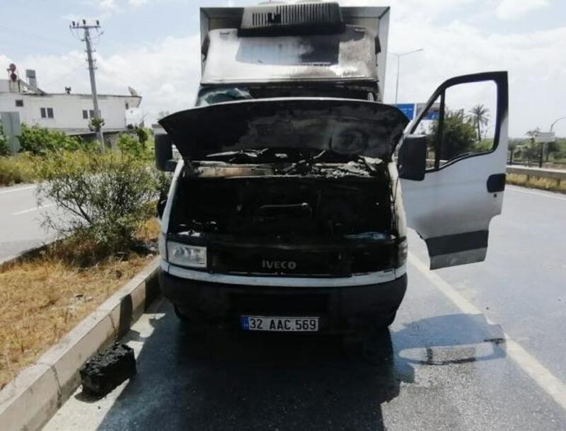 Seyir halindeki kamyonet yandı