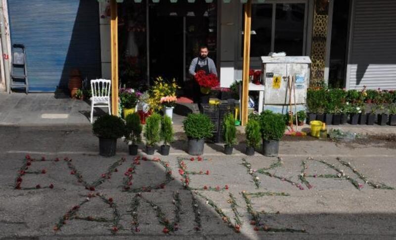 Boş sokağa çiçeklerle; 'Evde kal anne' yazdı