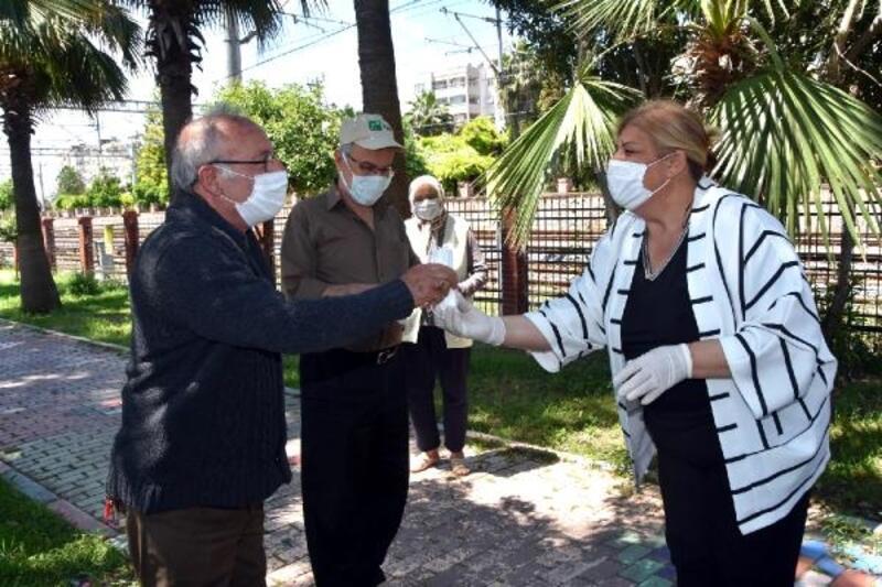 Başkan Erdem sokağa çıkan 65 yaş ve üstü vatandaşlara maske dağıttı