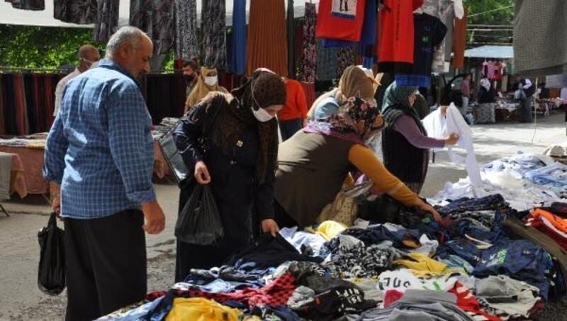İslahiye'deki pazarda tezgahlar sosyal mesafeli açıldı
