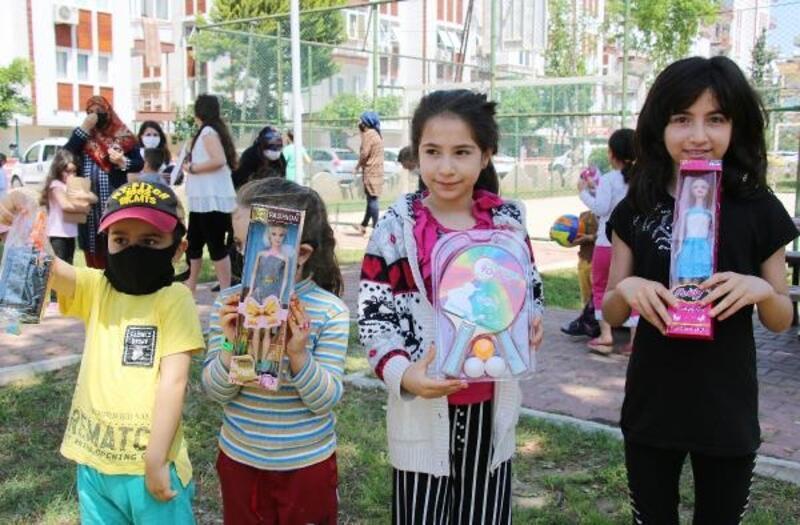 Başkan Böcek'ten çocuklara oyuncak sürprizi