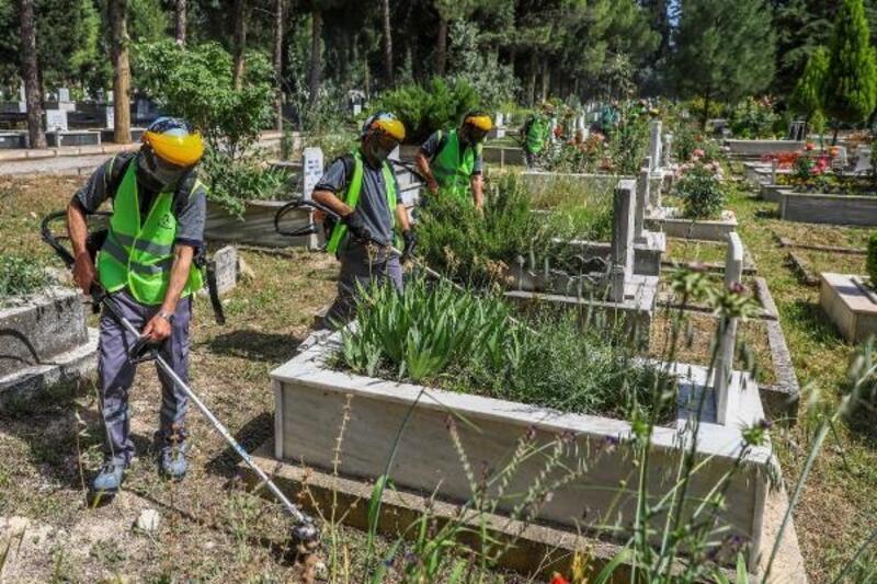 Denizli'de mezarlık temizliği başladı