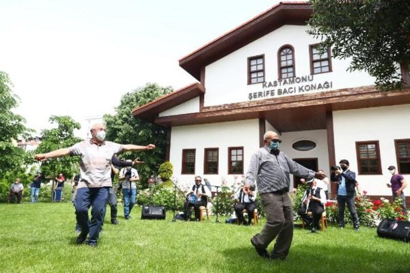 Bağcılar'da 65 yaş ve üzeri müzik eşliğinde eğlendi