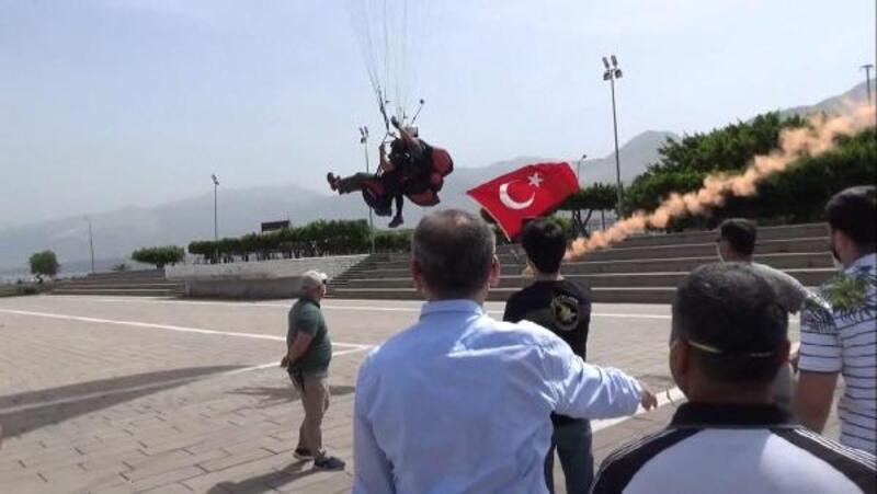 İskenderun'da 19 Mayıs kutlamalarına paraşütle renk kattılar