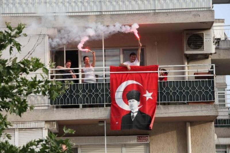 Bayraklılılar 19 Mayıs'ı balkonda kutladı
