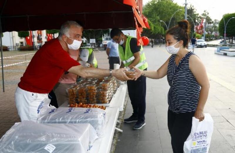 Manavgat Belediyesi'nden lokma dağıtımı