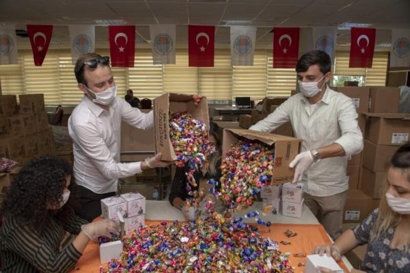 Sokağa çıkamayan çocuklara bayram şekeri dağıtıldı