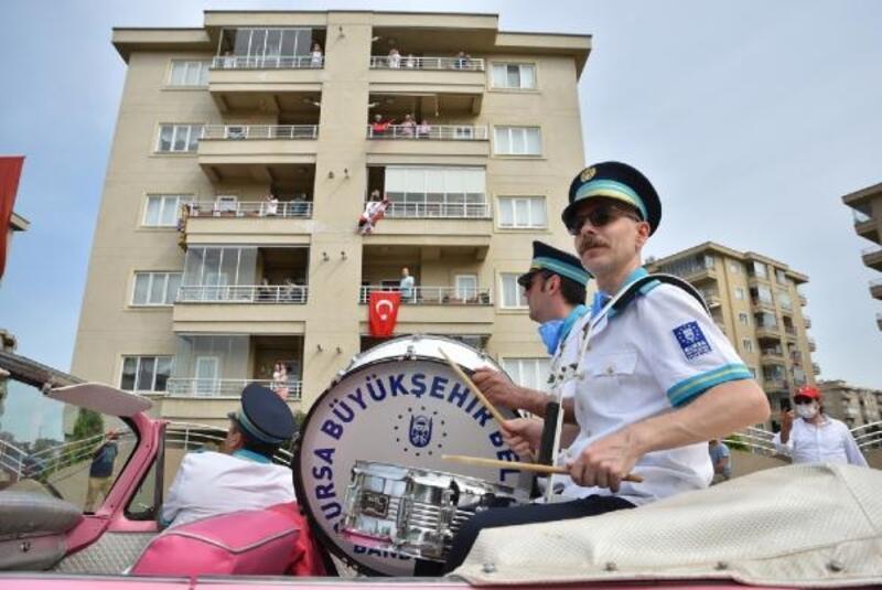 Bursa Büyükşehir Belediyesi Orkestrası, vatandaşlara moral oldu