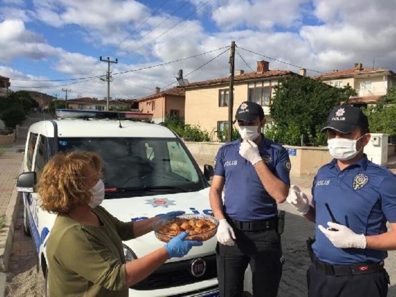 Nöbetteki polislere tatlı ikramı