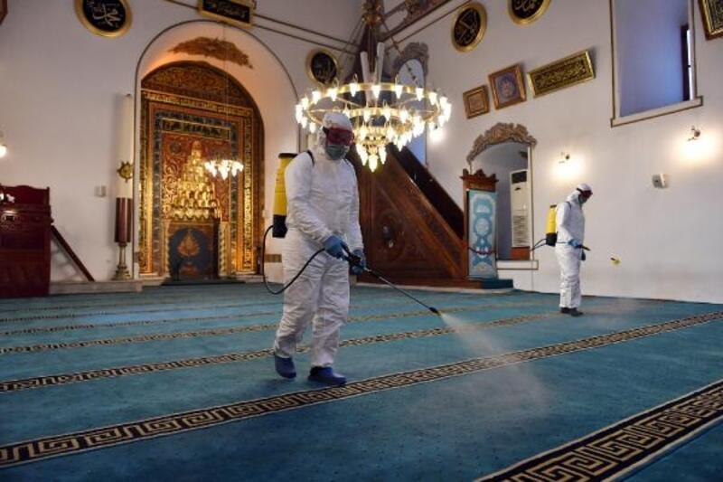 Osmangazi Belediyesi'nden Cuma namazı öncesi camilerde dezenfekte çalışması