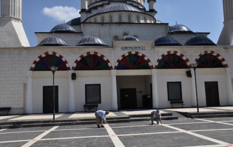 Camilerde sosyal mesafeli cuma namazıhazırlıkları
