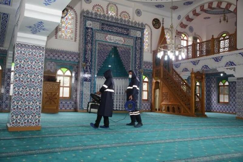 Camiler, Cuma namazı için hazırlanıyor