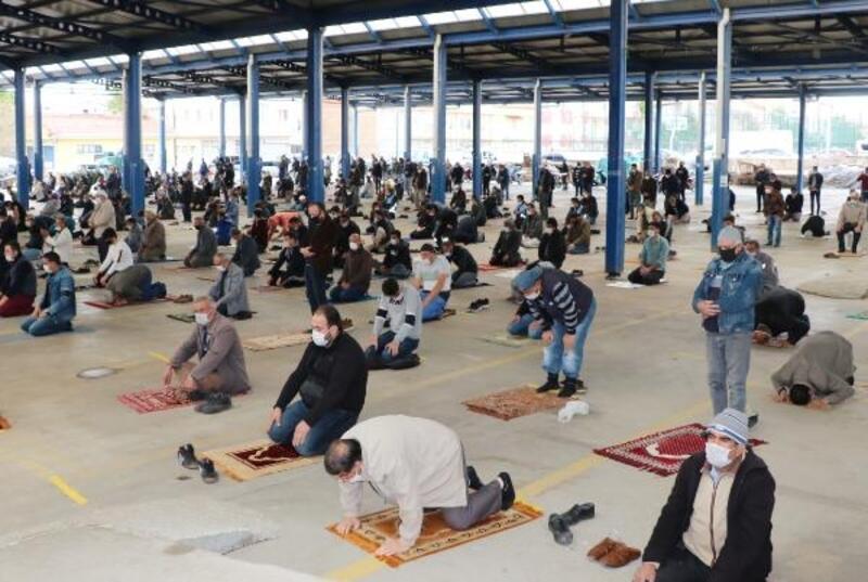 Sandıklı'da kapalı pazar yerinde cuma namazı