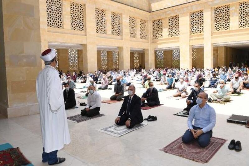 15 bin kişilik camide 750 kişilik ilk cuma namazı
