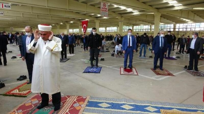 Bilecik'te cuma namazı kapalı pazarda kılındı
