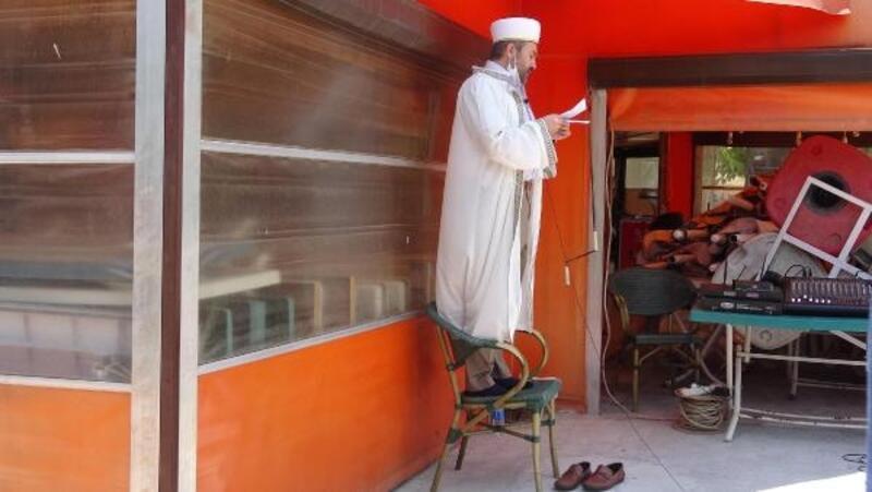 Aydın'da 74 gün sonra sosyal mesafeli cuma namazı kılındı