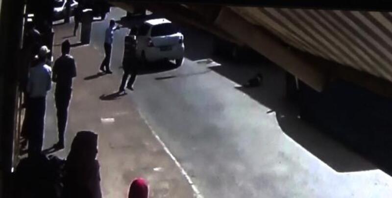 Otomobilin küçük Ravda'ya çarpması güvenlik kamerasında