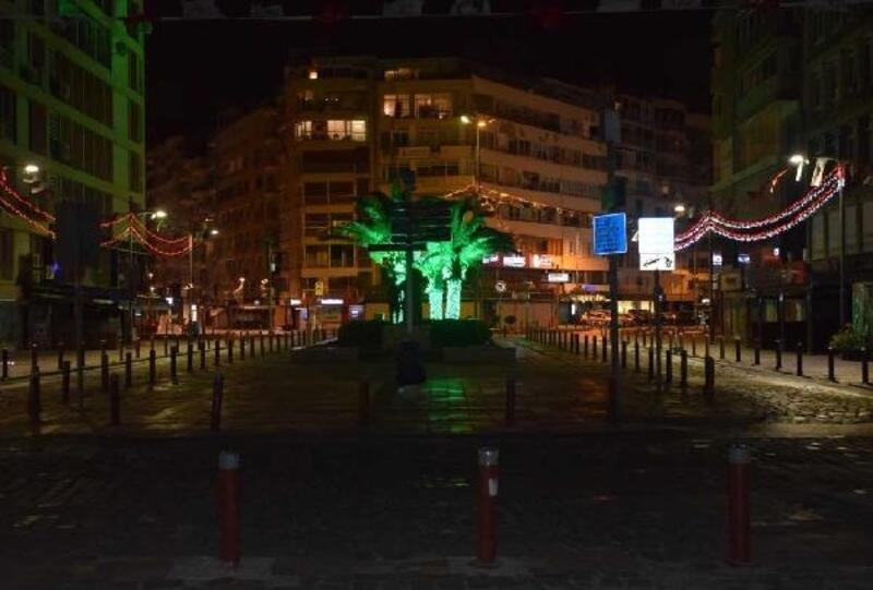 İzmir'de cadde ve sokaklar boş kaldı