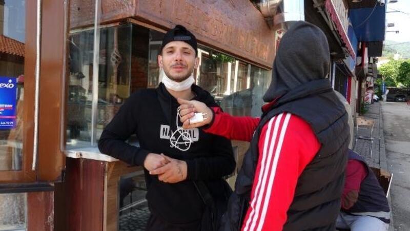 Sokağa çıkma yasağında polise yakalanan gençlerin rahat tavırları dikkat çekti