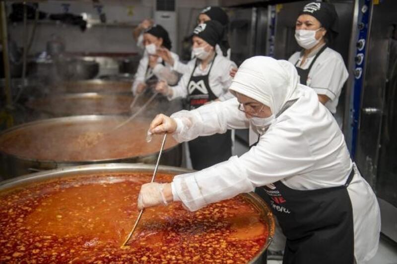 Aşhanede günlük 9 bin kişiye sıcak yemek ulaştırılıyor
