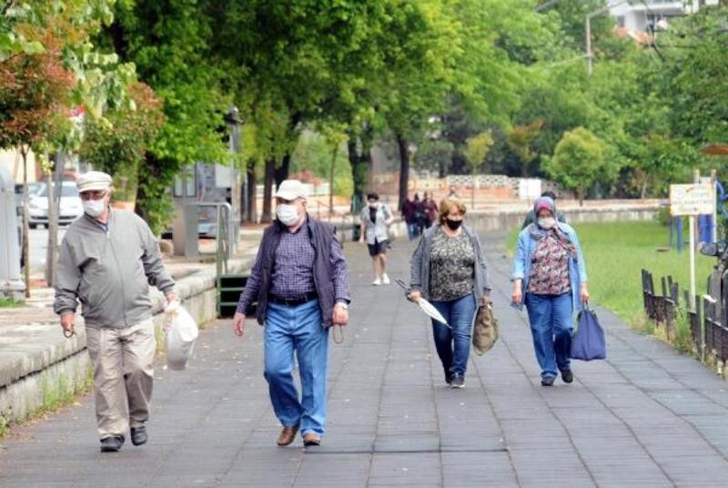 Edirne'de 65 yaş üstü, yağmura rağmen dışarı çıktı, yürüyüş yaptı