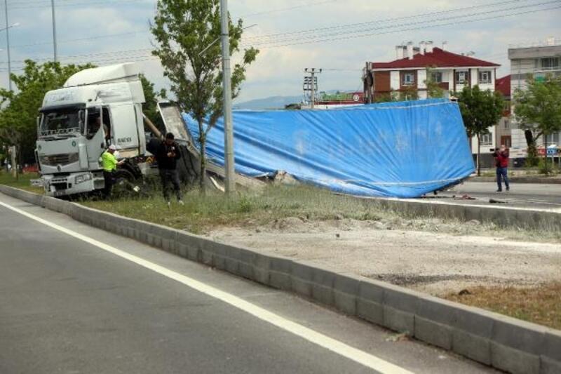 Damperi açılan kamyon, EDS direğini devirdi