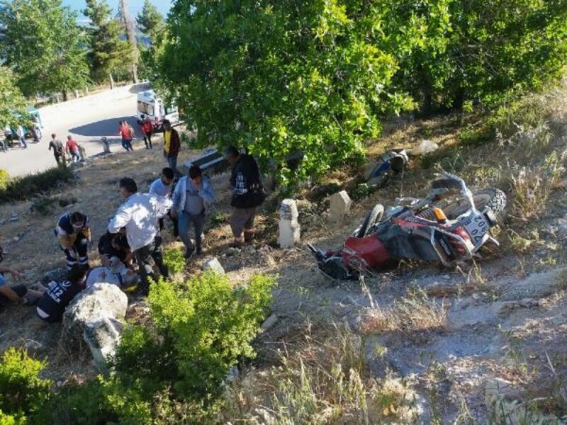 Motosiklet yürüyüş yapan kadınlara çarptı: 5 yaralı
