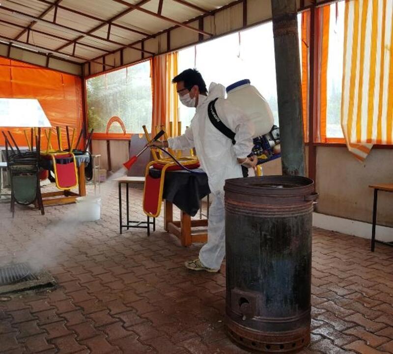 Kemer'de kahvehaneler dezenfekte ediliyor