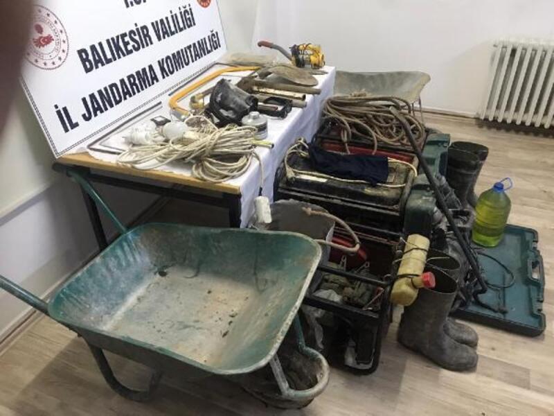 Manyas'ta kaçak kazıya 3 gözaltı