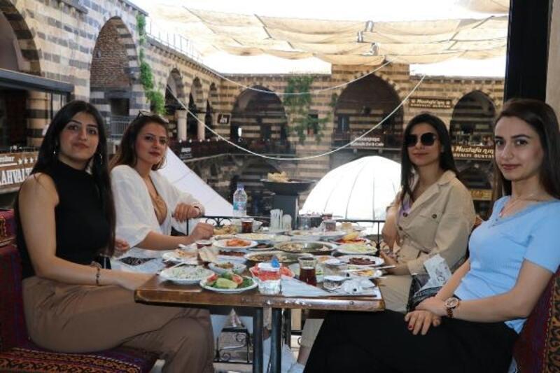 Diyarbakır'da normalleşme süreci, ciğer kebabı ve kahvaltıyla başladı