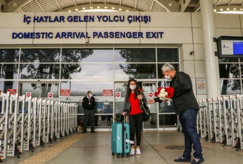 Hava yolu ile gelen ilk yolculara taksicilerden çiçekli karşılama