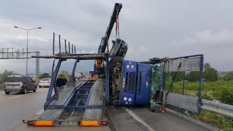 TIR devrildi; taşınan 4 otomobil yola savruldu