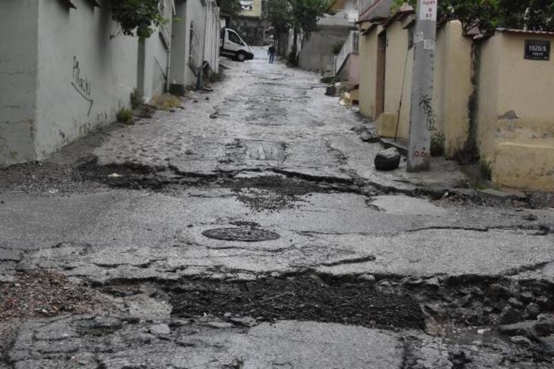 İzmir'de sağanak; esnaf ilk iş gününde su baskınıyla karşılaştı