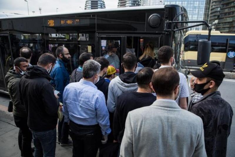 Yenibosna'da minibüs ve otobüsler ayakta yolcu aldı