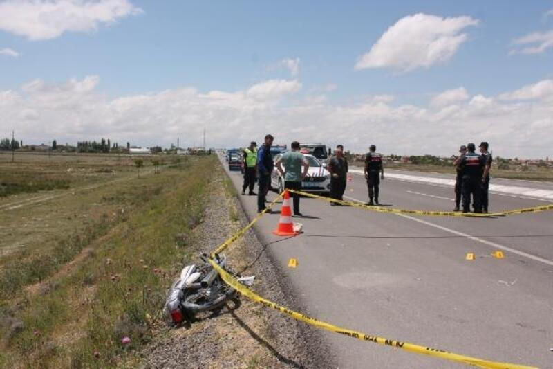 Motosikletle traktör römorkuna çarpan genç öldü