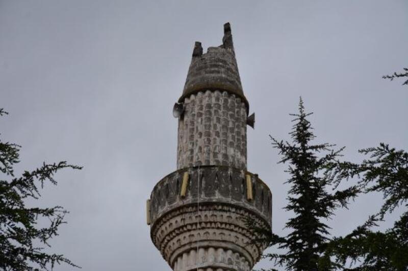Tokat'ta yıldırım düşen caminin minaresi yıkıldı