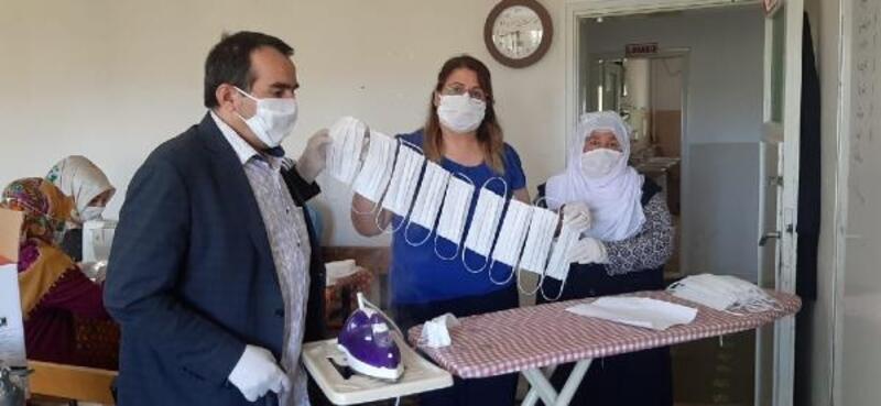 Elbistan'da kadınlar gönüllü olarak maske üretiyor