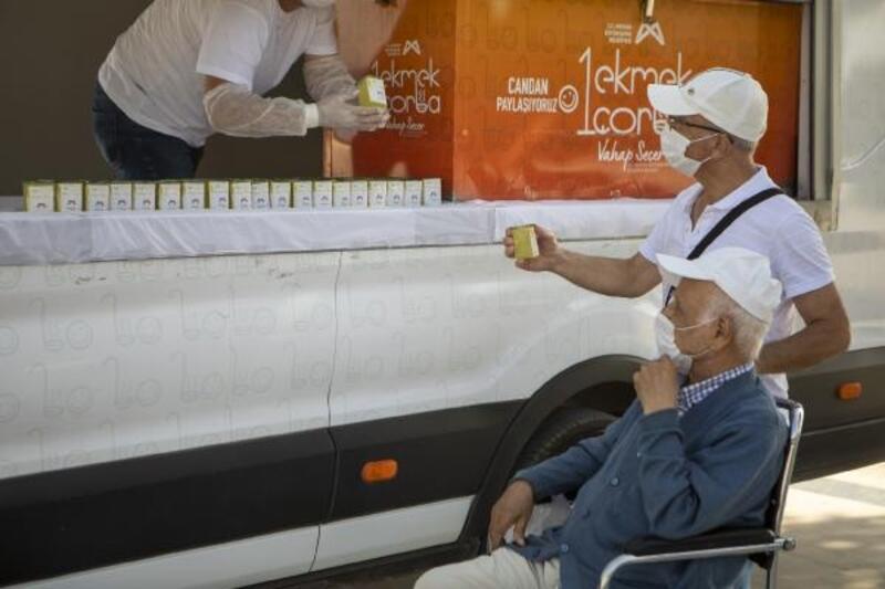 Sokağa çıkan 65 yaş ve üstü vatandaşlara limonata ikramı