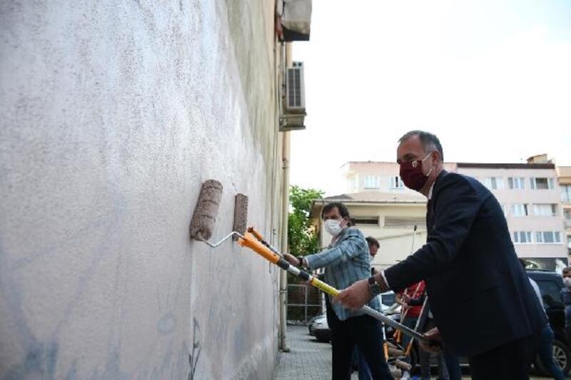 İnegöl'de Belediye Başkanı Taban duvarları temizledi