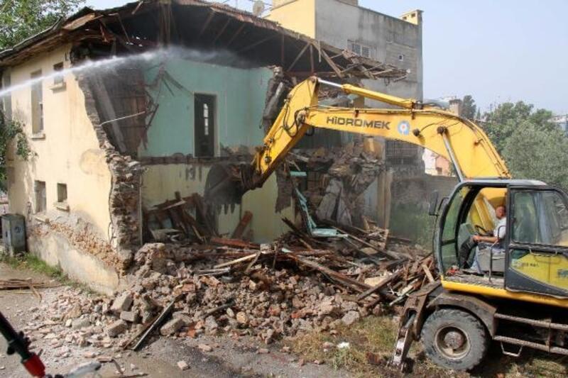 Balbey'de metruk bina yıkıldı